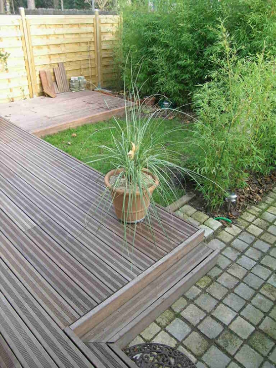 La terrasse bois encadre un carré vert